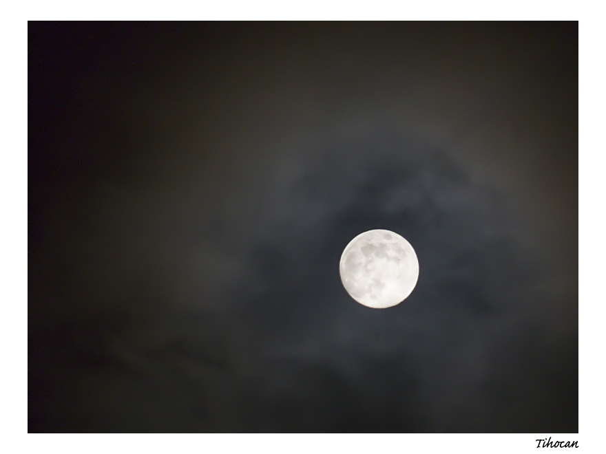 La lune dans les nuages ! P1010522