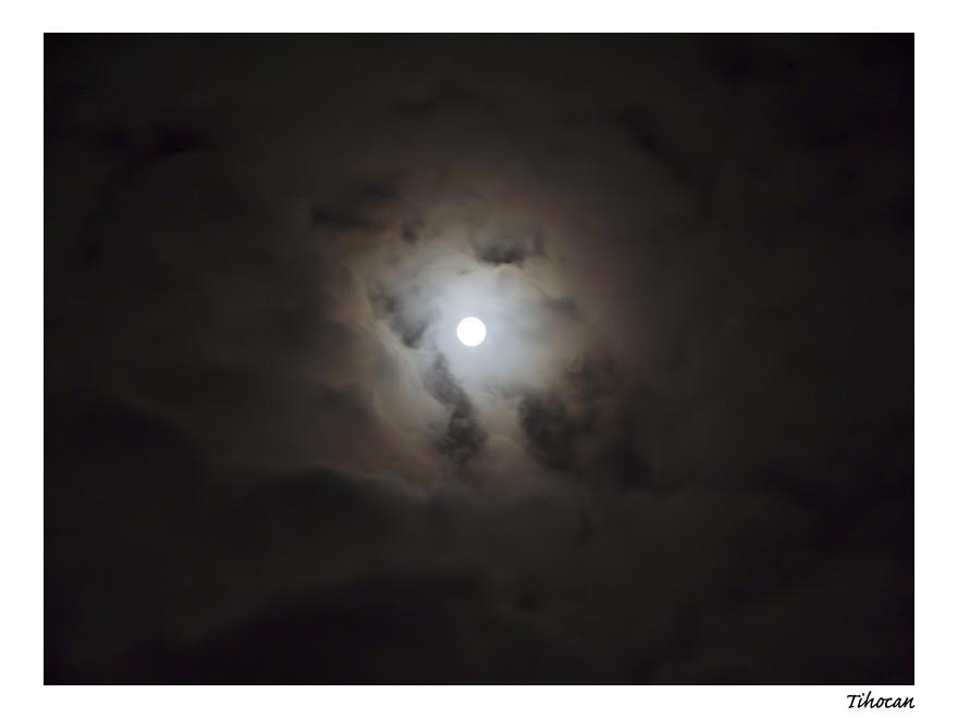 La lune dans les nuages ! P1010539
