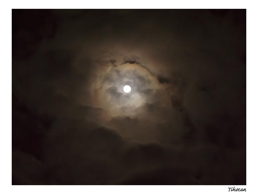 La lune dans les nuages ! P1010540