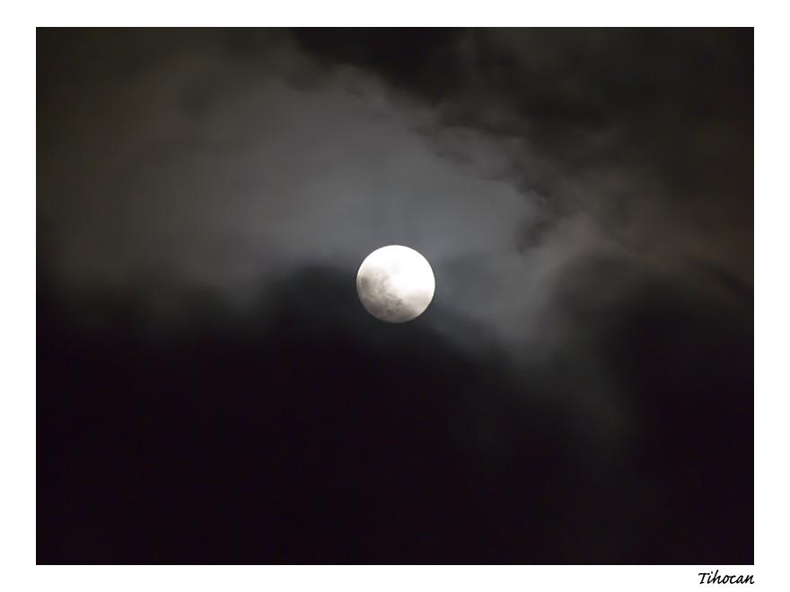 La lune dans les nuages ! P1010543